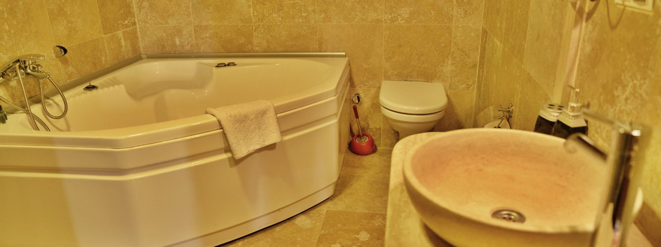 Free Wi-Fi and ensuite bathrooms with shower and jacuzzi bathtub